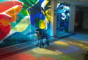 raam adriaanstichting door ger van iersel, foto met rolstoel